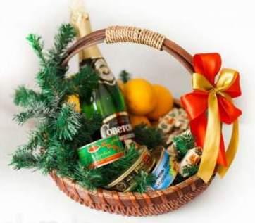 Корзина с продуктами на новогодний стол